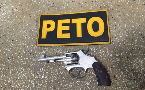 peto prende homem por porte ilegal de arma e por atacar